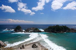 枯木灘の黒島と夫婦波の写真素材 [FYI03217087]