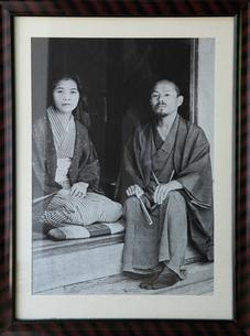 居間の庭先で若山牧水と妻.喜志子の写真素材 [FYI03217233]