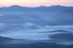 山間の朝もやの写真素材 [FYI03217617]