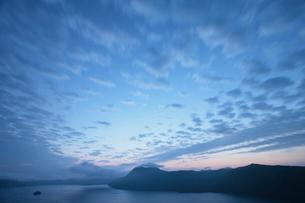 日の出前の摩周湖の写真素材 [FYI03217624]