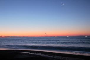 日の出前の三日月と北寄漁の船の写真素材 [FYI03217629]
