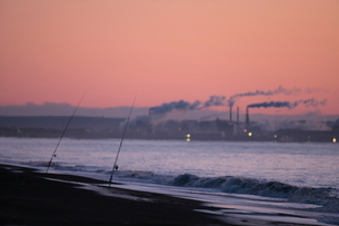 釧路市の製紙工場と釣り竿の写真素材 [FYI03217638]