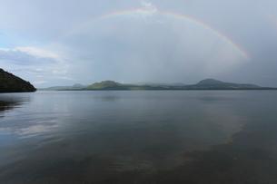 屈斜路湖と虹の写真素材 [FYI03217655]