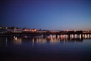 夕暮れの釧路川を渡るSL冬の湿原号の写真素材 [FYI03217656]