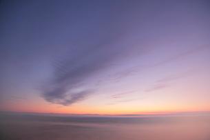 日の出前に霧がかかった釧路湿原の写真素材 [FYI03217697]