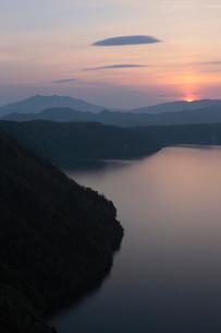 摩周湖と斜里岳と日の出の写真素材 [FYI03217799]
