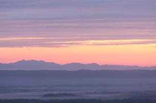 朝もや漂う釧路湿原と斜里岳の写真素材 [FYI03217809]