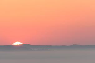 三角形の朝日と雲海の写真素材 [FYI03217821]