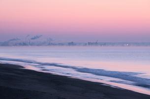 朝焼けと気嵐と釧路の街の写真素材 [FYI03217827]