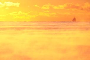 気嵐と霞む沖合の船の写真素材 [FYI03217866]
