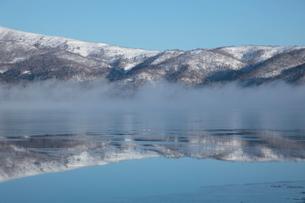 氷初めの屈斜路湖と気嵐の写真素材 [FYI03217873]