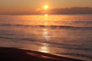 気嵐立つ太平洋と朝日の写真素材 [FYI03217876]