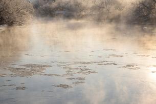 気嵐が立ち氷が流れる釧路川の写真素材 [FYI03217878]