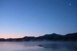 日の出前の屈斜路湖と月の写真素材 [FYI03217885]