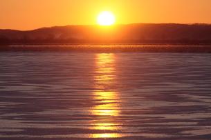 結氷したシラルトロ湖と夕日の写真素材 [FYI03217892]