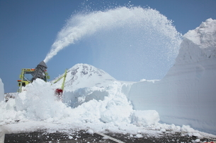 ロータリ除雪車と羅臼岳の写真素材 [FYI03217964]