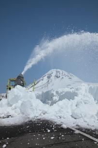 ロータリ除雪車と羅臼岳の写真素材 [FYI03217973]