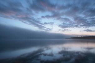 日の出前の塘路湖の写真素材 [FYI03217987]