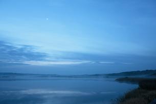 日の出前の達古武湖と金星の写真素材 [FYI03217995]