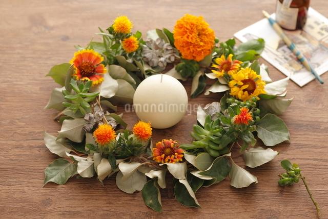 オレンジ色の花リースの写真素材 [FYI03219024]