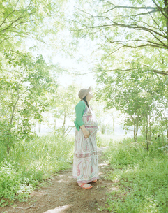散歩しながら自然を感じる妊婦の写真素材 [FYI03219031]