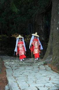 大門坂を歩く平安衣装をまとった二人連れの女性の写真素材 [FYI03219394]