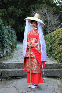 大門坂前で記念撮影する平安衣装をまとった女性の写真素材 [FYI03219395]