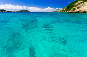 阿波連ビーチ沖合いのパナリ島と珊瑚礁の海の写真素材 [FYI03219686]