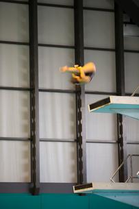 飛び込み台から飛ぶ選手の写真素材 [FYI03219693]