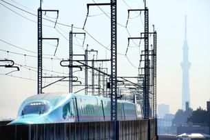 東北新幹線はやぶさと東京スカイツリーの写真素材 [FYI03219735]