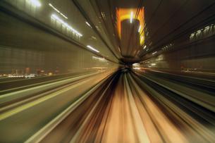 電車から眺める夜景 疾走イメージの写真素材 [FYI03219752]