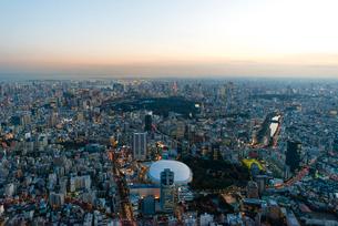 東京ドームの夜景空撮の写真素材 [FYI03219805]
