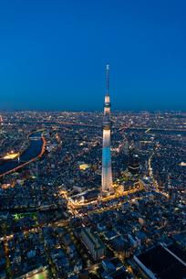 東京スカイツリー(粋)の夜景空撮縦位置の写真素材 [FYI03219838]