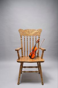 アームチェアに乗せたバイオリンの写真素材 [FYI03219902]
