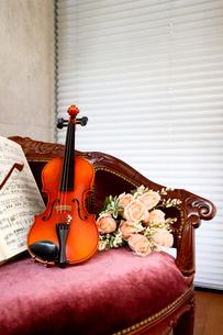 アームチェアにバイオリンと造花の花を乗せたの写真素材 [FYI03219911]
