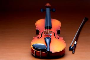 茶色のバックでバイオリンと弦を斜から見たの写真素材 [FYI03219914]