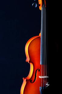 黒いバックにバイオリンの写真素材 [FYI03219919]