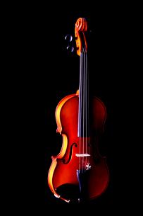 黒バックにバイオリンの写真素材 [FYI03219920]