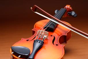 バイオリンと弦を斜から見たの写真素材 [FYI03219923]