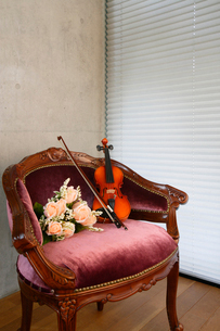 アームチェアにバイオリンと造花の花を乗せたの写真素材 [FYI03219930]