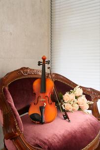 アームチェアにバイオリンと造花の花を乗せたの写真素材 [FYI03219935]