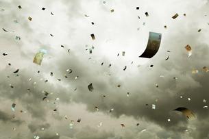 空に舞う紙幣の写真素材 [FYI03219968]