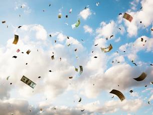 空に舞う紙幣の写真素材 [FYI03219972]