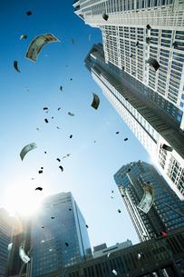 空に舞う紙幣の写真素材 [FYI03219973]
