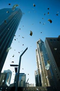 空に舞う紙幣の写真素材 [FYI03219974]