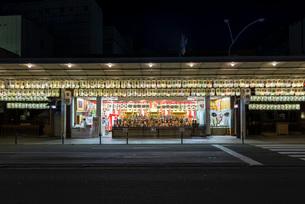 お神輿と明かりが灯る四条御旅所の写真素材 [FYI03220098]