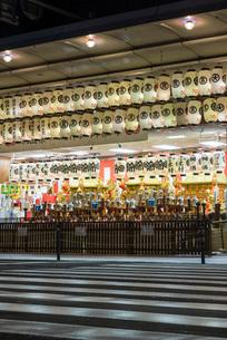 お神輿と明かりが灯る四条御旅所の写真素材 [FYI03220099]