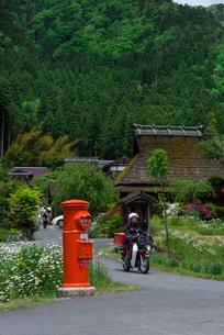 茅葺き屋根の古民家と緑の色濃い京都・美山の写真素材 [FYI03220245]