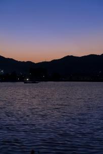 夕焼けが淡い色のグラデーションを見せる京都広沢池の写真素材 [FYI03220323]