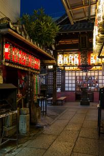 厳かな明かりが灯る京都・目疾地蔵(仲源寺)の写真素材 [FYI03220324]